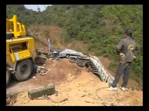 Cứu hộ 116 xe 18 tấn trên đỉnh đèo Chiềng Đông , Yên Châu , Sơn La  flv 360p)