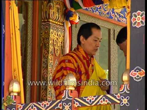 King Jigme Singye Wangchuck awards Bhutanese who have excelled