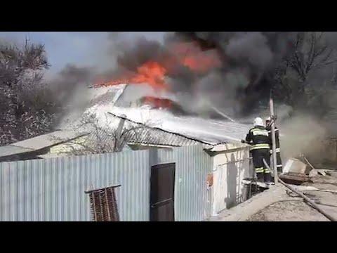 Огонь перекинулся на частный сектор: в Волгограде борются с пожаром в Селезневке