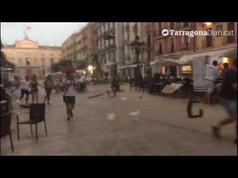Una impressionant tempesta impacta sobre la Plaça de la Font de Tarragona