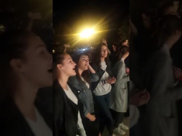 Slavljenje molitva i svjedočanstava ispred crkve u Kninu