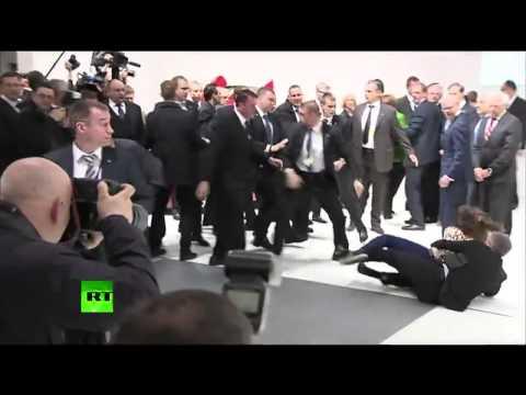Голые девки напали на Путина В.В.- реакция охраны !!!