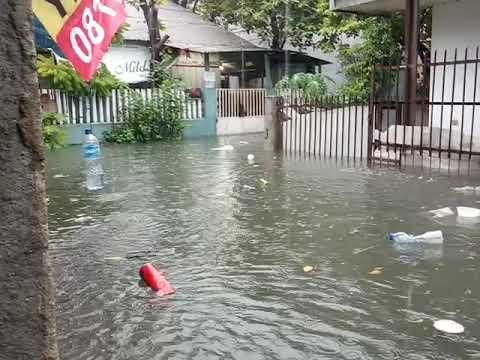 Melaporkan Jakarta Barat Grogol Daerah Jelambar Banjir Udah 1 Meter Lebih.