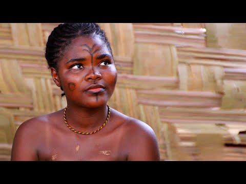 Либерия: Как встречают туристов африканские девушки. Африка жизнь в деревне.