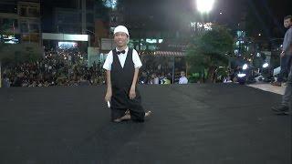 Xúc động chàng họa sĩ khuyết tật Lê Minh Châu đi bằng hai đầu gối đến dự Gala Wechoice