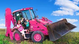 У Мамы сломался трактор, застряло колесо в грязи Лёва и Папа пришли на помощь