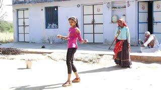 इस लड़की ने होली के गाने पर डांस करके किया बुड्ढी दादी बाबा को खुश || Holi Song 2019