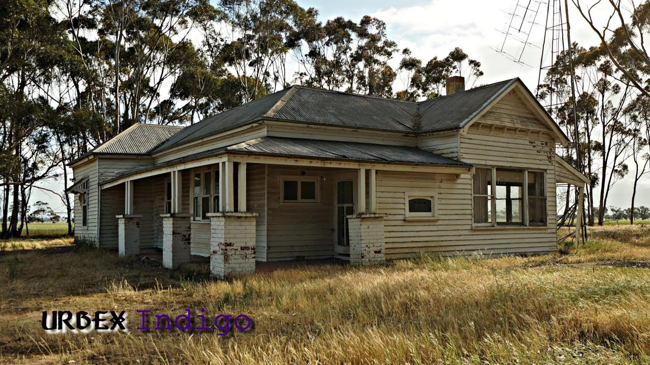 Abandoned- Classic old farm house/Was it built 20`s/30`s or 40`s??