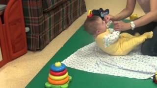 Как учить ребенка поднимать голову в положении лежа на спине