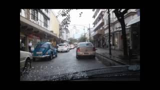 É mais fácil dirigir na cidade ou na rodovia?