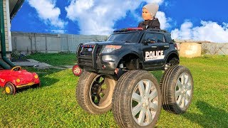 Малыш и его огромные колеса на маленькой машине
