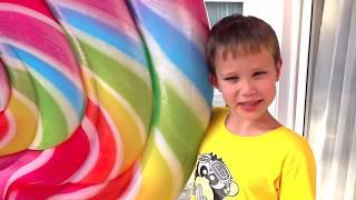 Дети не поделили домик для детей и игрушки или kids build toy playhouse