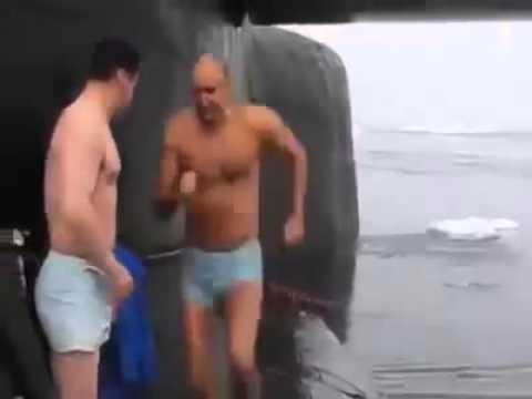 Экипаж подводной лодки купается в арктике