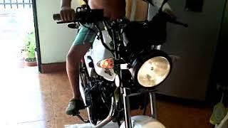 Aprendiendo las funciones de la moto de mi tiito
