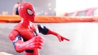 Видео для детей. БАТУТЫ! Spider Man (Спайдермен) против Дарта Вейдера! Игрушки для мальчиков