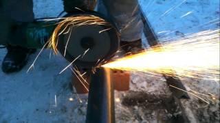 Как отрезать трубу болгаркой(Угловой шлифмашинкой).Один из способов.(Резка металлической трубы болгаркой.Безопасный способ., 2016-02-25T17:16:38.000Z)