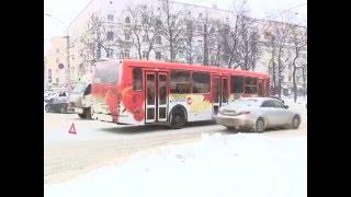 Пассажирский автобус в Ярославле сбил женщину(В Ярославле автобус сбил женщину. Пострадавшая чудом осталась жива. Бригада медицины катастроф доставала..., 2016-01-22T16:22:37.000Z)
