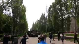 Краматорск 3.05 военные вошли в город(Видео Стас Савенков Местные жители встретили украинских военных реакция местных жителей Украинские силов..., 2014-05-03T11:38:09.000Z)
