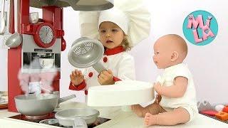 Милусик играет в повара и готовит кукле кашу