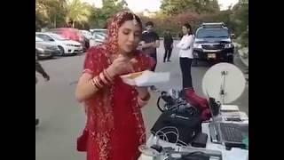 Mahira Khan enjoying Biryani on shoot location of 7 Din Mohabbat In