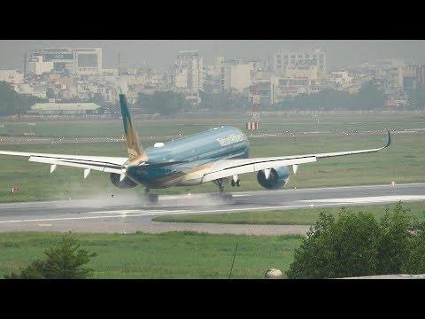 Cận cảnh máy bay hạ cánh trong mưa lớn Sài Gòn.