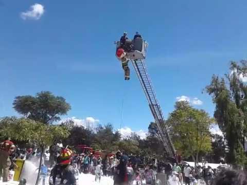Bombero cae de una escalera para incendios durante una demostraci n en cuenca youtube for Partes de una escalera
