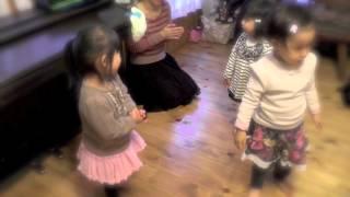 2、3歳のレッスンの中から。 前奏ですぐに曲が分かり、能動的に活動し...