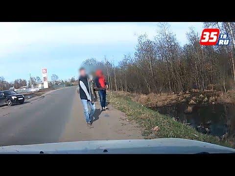 В Грязовце двое мужчин украли дорожный знак и гуляли с ним по городу