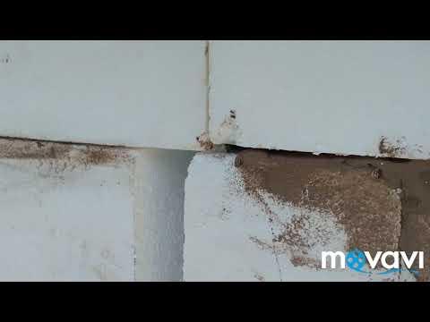 Проверка качества приклейки пенополистирольных плит на фасад дома, обучаем бригаду утеплять