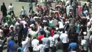 المواطنون ينقلون المصاب إلى المستشفى.wmv