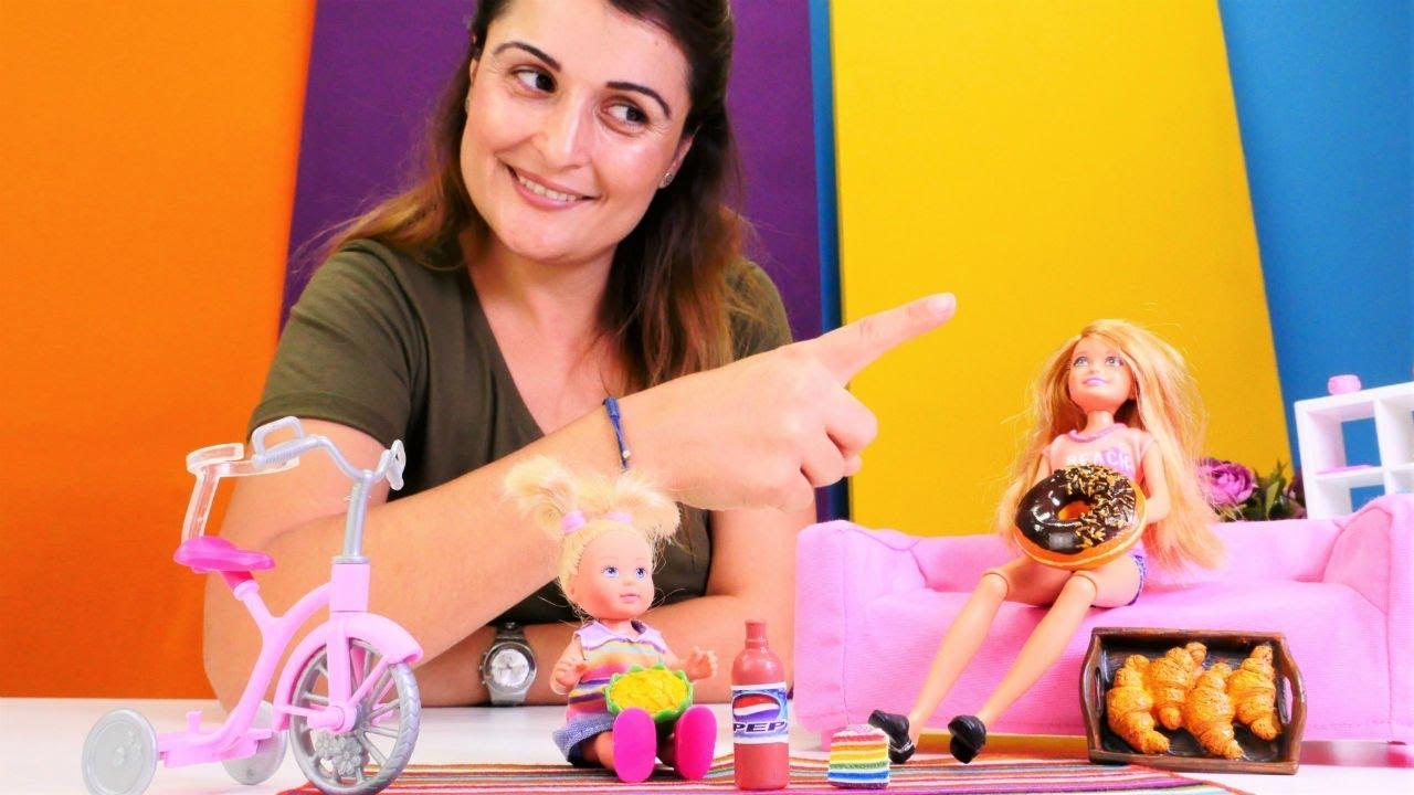 Barbie Steffie'yi bakıcıya bırakıyor. Kukla oyunu