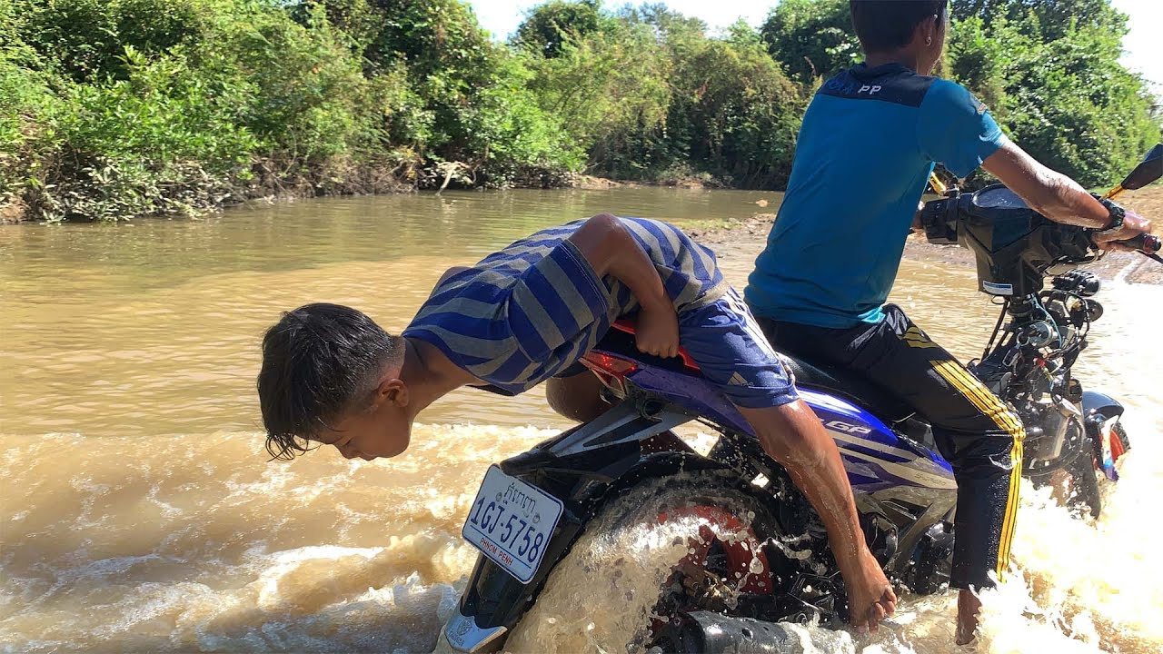 Riding a motorcycle in the water,ជិះម៉ូតូកាត់ទឹក,Riding Exciter 150