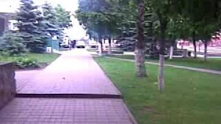 po środku miasta spacerująsię kury :)