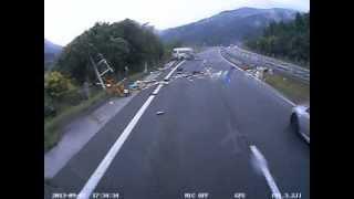 Repeat youtube video 閲覧注意 高速道路 事故 ドライブレコーダー 人が車外に投げ出される瞬間 とくダネでOAされました