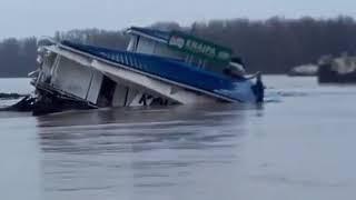 Záchrana odtrhnutého pontónu na Dunaji