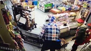 Житель Анапы напал на продавца магазина и похитил деньги из кассы