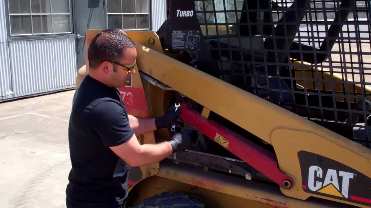 raise and lower lift arms on cat 226b skid steer loader youtube rh youtube com