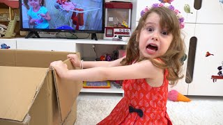 ईवा का खिलौना खिलौने के साथ एक मजेदार प्रतियोगिता है