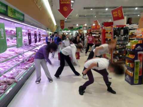 Негры нокаутируют в супермаркете