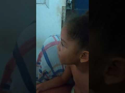 Criança canta música de Devinho Novaes dona Maria