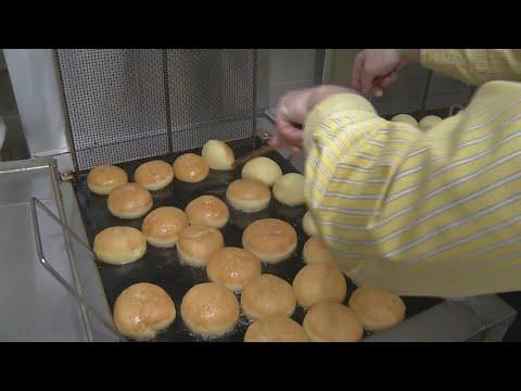 Frying up paczki