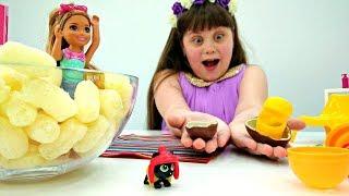 Играем в куклы Барби. Челси открывает сюрпризы