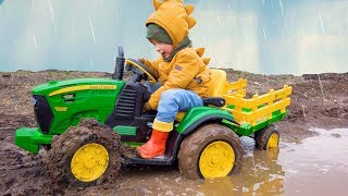 Весёлый Лёва на Большом тракторе, спасаясь от дождя застрял в грязи и потерял свои машинки