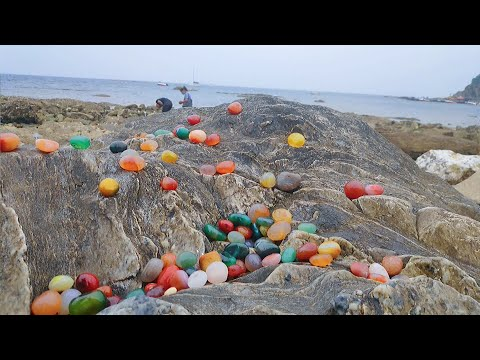 Hundreds of villagers collected gems after the typhoon. Gems, crystals, sea glass数百村民们收集宝石台风过后。宝石,水晶