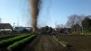 畑のど真ん中でつむじ風発生! カメラの前に襲い来る自然の脅威