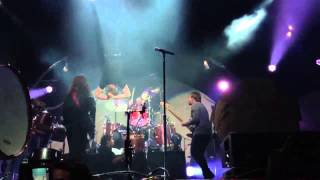 Video Dan Reynolds Dives into Crowd - Imagine Dragons download MP3, 3GP, MP4, WEBM, AVI, FLV Juli 2018