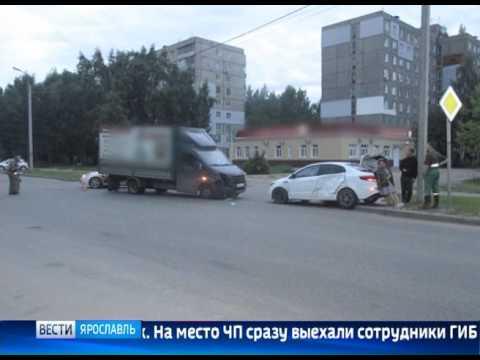 ДТП в Ярославле: на перекрестке улиц Красноборская и Саукова столкнулись сразу три автомобиля