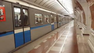 Русич прибывает и отправляется со станции Парк Победы