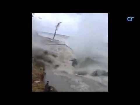 Дом ушёл под воду за 10 секунд  Бангладеш
