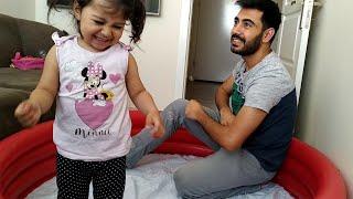 Ayşe Ebrar ile Babası Köpük Baloncuk Patlatma Yarışı Yapıyor. Bubbles Race with Ayşe Ebrar.
